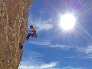 Mơ thấy leo núi là điềm gì? Thử vận may với cặp số nào?